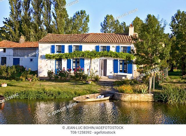 France, 85, Marais Poitevin, Sèvre Niortaise: house and garden near the water