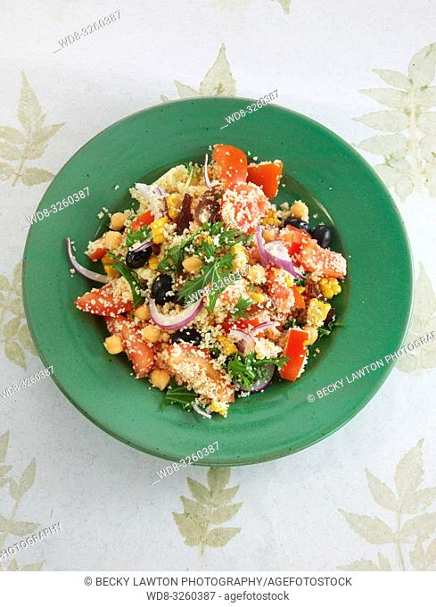 ensalada de semola con garbanzos, tomate y menta