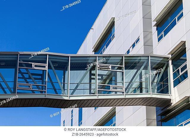 Interconnecting passageway between buildings