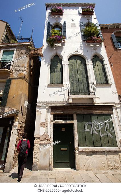 Fondamenta Misericordia, Tourist entering the street Calle Zoccolo, sestiere of Cannaregio, Venice, Veneto, Italy, Europe