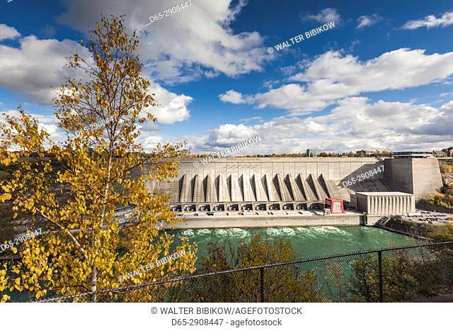 Canada, Ontario, Niagara Falls, view of the Robert Moses Hydroelectric Dam on the Niagara River, Niagara Falls, New York