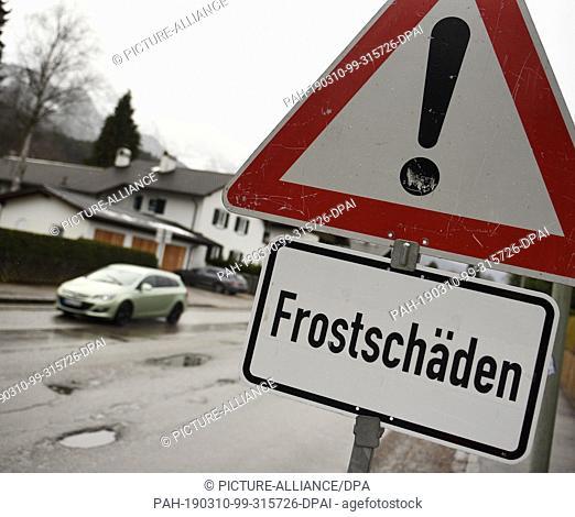 "10 March 2019, Bavaria, Garmisch-Partenkirchen: """"Frost damage"""" is on a roadside sign. Photo: Angelika Warmuth/dpa. - Garmisch-Partenkirchen/Bavaria/Germany"