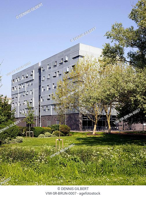 BRUNEL UNIVERSITY STUDENT RESIDENCE SHEPPARD ROBSON UXBRIDGE 2009 OBLIQUE VIEW OF RESIDENCE'S FRONT ELEVATION IN GARDEN, UXBRIDGE, STUDENT HOUSING