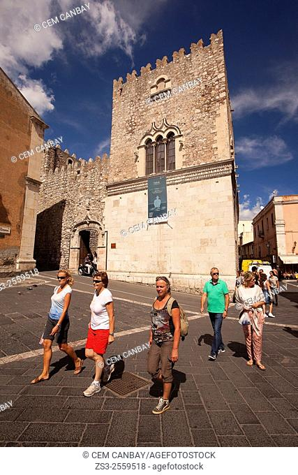 Tourists in front of the Palazzo Corvaja-Corvaja Palace, in town center, Taormina, Sicily, Italy, Europe