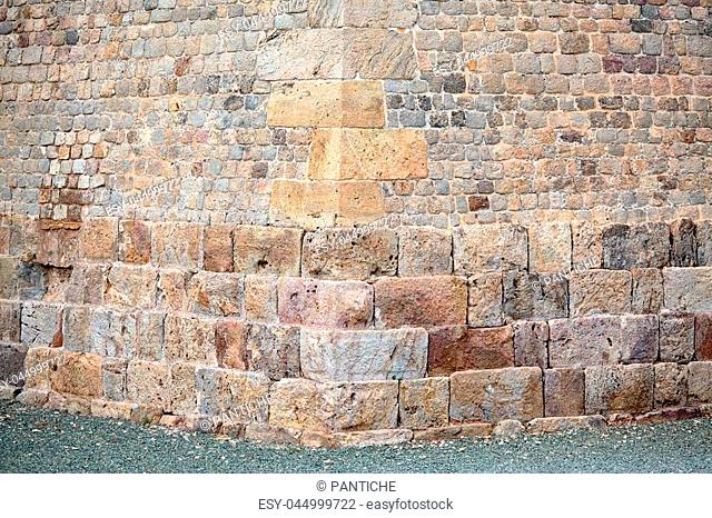 This wall in Cartagena belongs, in a military sense, to the Spanish School of Basted Fortifications. The wall surrounds the whole city and the arsenal
