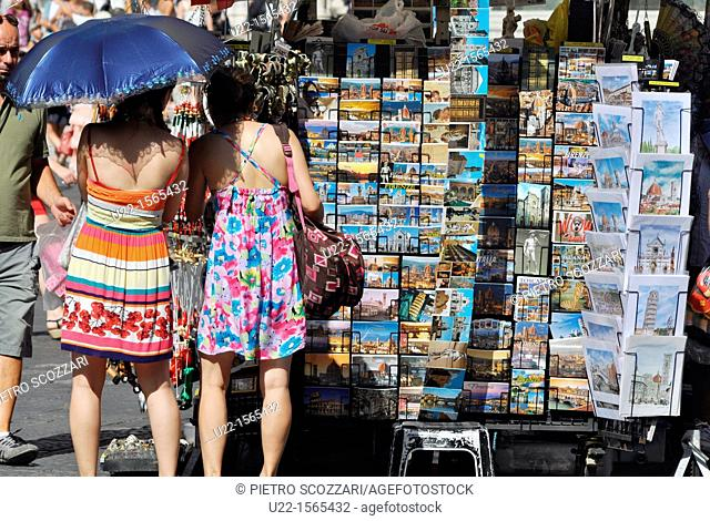 Firenze (Italy): tourists buying postcards in Piazza San Giovanni