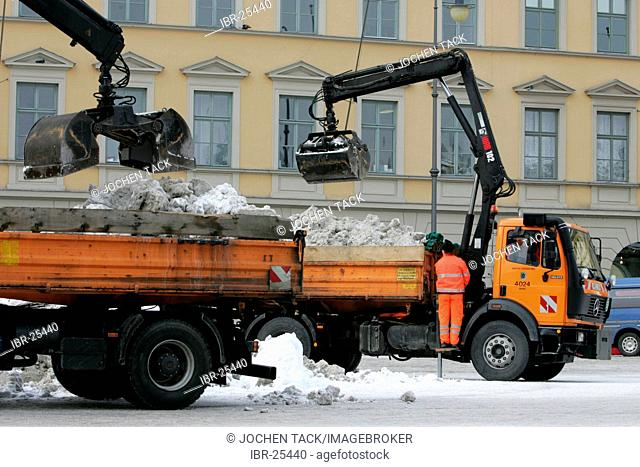 DEU, Germany : Munich city center is cleared up after snow fall