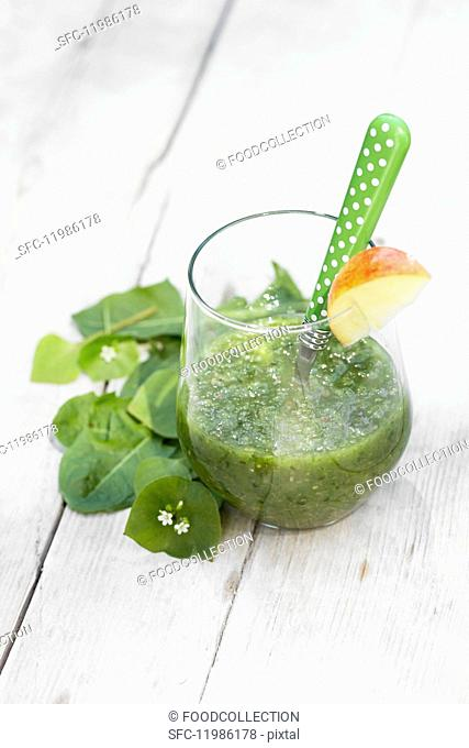 A green smoothie with apple