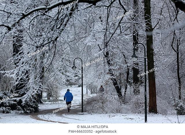 A jogger makes his way along a snow-covered pathway in Duesseldorf,Germany, 07 March 2016. Photo:MAJAHITIJ/dpa | usage worldwide