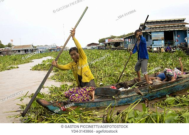 Family in their boat, Chang Kneas floating village, Siem Reap Province, Cambodia. Chang Kneas, is one of the more than 170 villages surrounding the Tonle Sap...