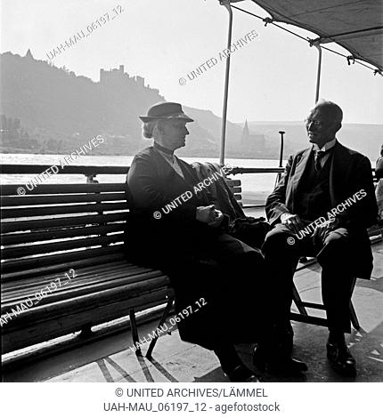 Ein älteres Ehepaar auf einer Schiffsreise durch das Mittelrheintal, Deutschland 1930er Jahre. A senior couple doing a fun boat trip on the river Rhine through...