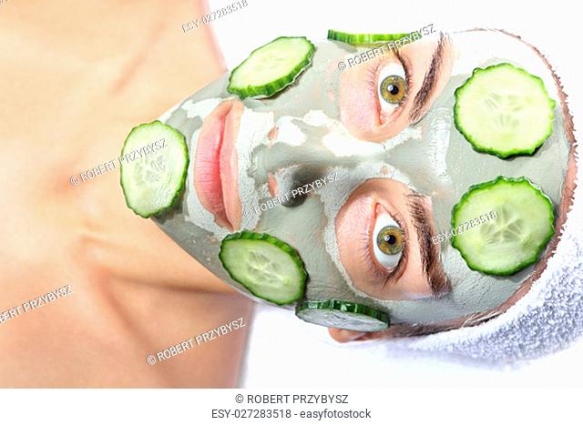 relaxing green mask,natural cucumber mask,a woman relaxes in the mask with green clay and cucumber
