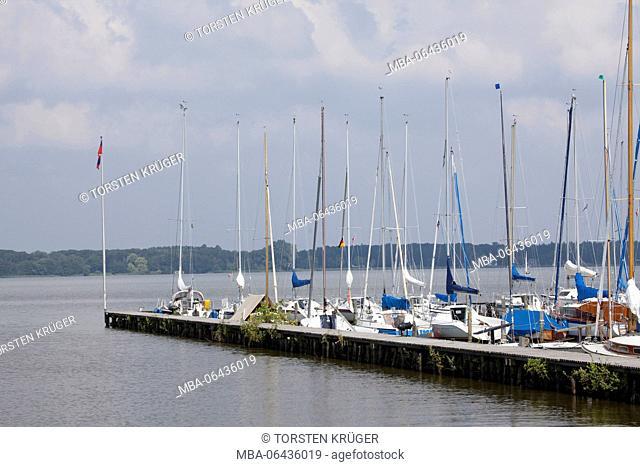 Germany, Lower Saxony, Bad Zwischenahn, Yacht harbour through the Zwischenahner sea
