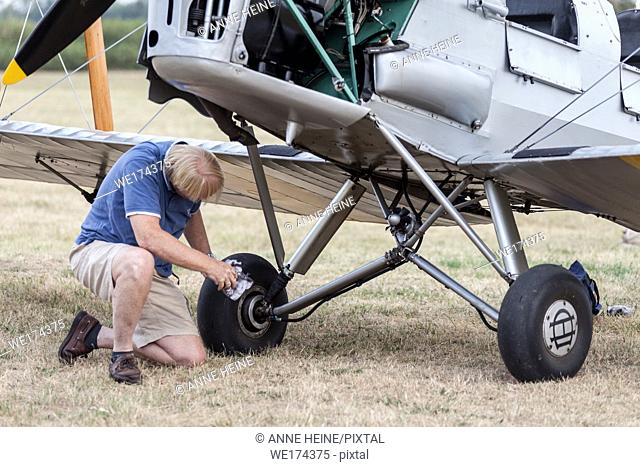 """""""""""Flugtage Soest Bad Sassendorf"""" 2018. Air strip Bad Sassendorf, Soester Börde, Haar, Germany. Two men (owner and pilot) carefully cleaning the old Tiger..."