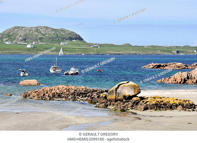 United Kingdom, Scotland, Isle of Mull, Fionnphort, extreme southwest of the island of Mull, The Ross of Mull, Knockvologan beach, Iona Island in the background