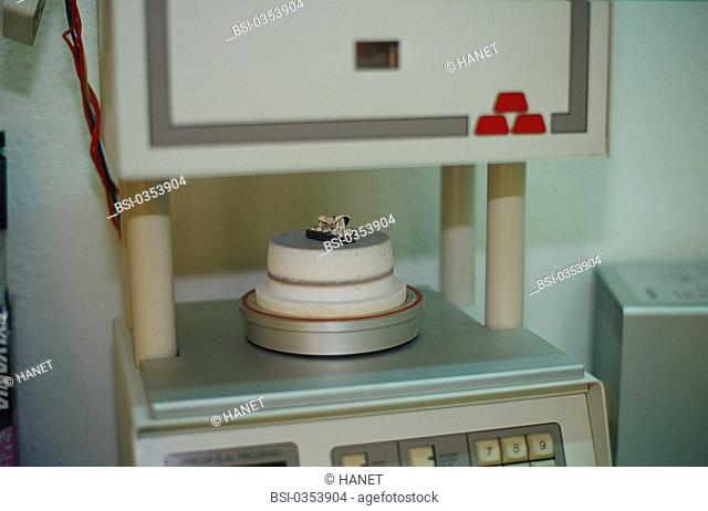 DENTAL PROSTHESIS<BR>Photo essay.<BR>Programmable oven, where ceramic is heated in a vacuum