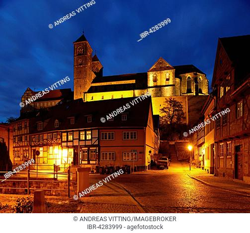 Historic centre with half-timbered houses at night, castle hill with collegiate church of St. Servatius behind, UNESCO, Quedlinburg, Saxony-Anhalt, Germany