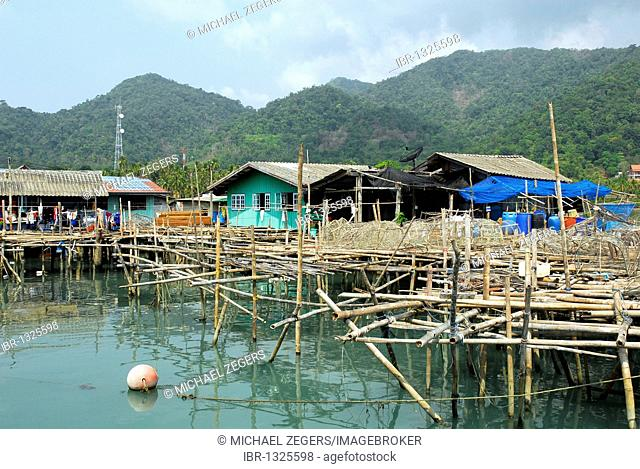 Pier with housing in the Bang Bao bay, Koh Chang Island, National Park Mu Ko Chang, Trat, Gulf of Thailand, Thailand, Asia