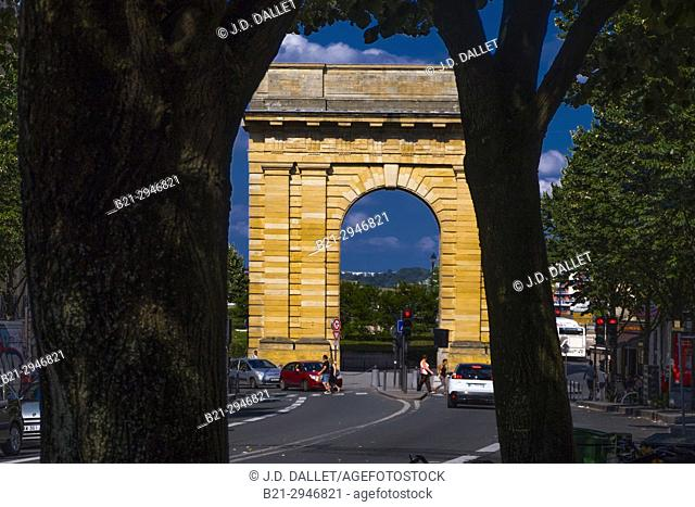 "France, Nouvelle aquitaine, Gironde. """"Porte de Bourgogne"""" gate (1751-1755) on Cours Victor Hugo, at Bordeaux"