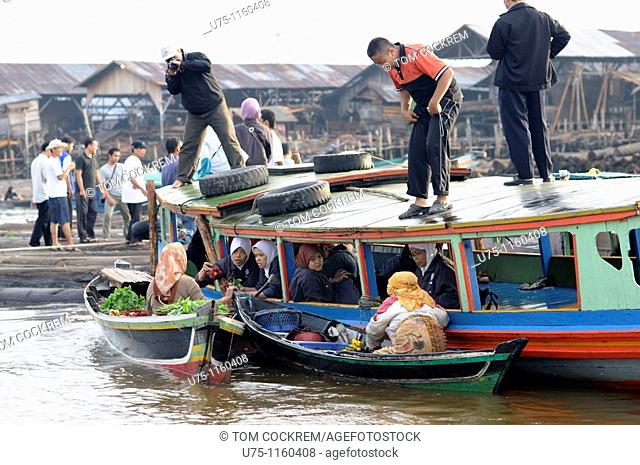 Pasar Terapung floating market, Kuiin and Barito rivers, Banjarmasin, Kalimantan, Indonesia