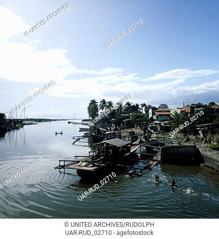 Eine Flusslandschaft auf Java, Indonesien 1980er Jahre. Part of a riverside on the island of Java, Indonesia 1980s