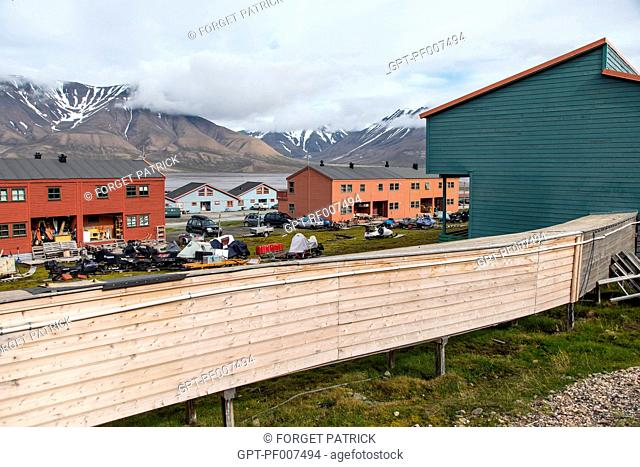 SEWAGE PIPES LAID ABOVE GROUND BECAUSE OF THE FROZEN EARTH, CITY OF LONGYEARBYEN, THE NORTHERNMOST CITY ON EARTH, SPITZBERG, SVALBARD, ARCTIC OCEAN, NORWAY