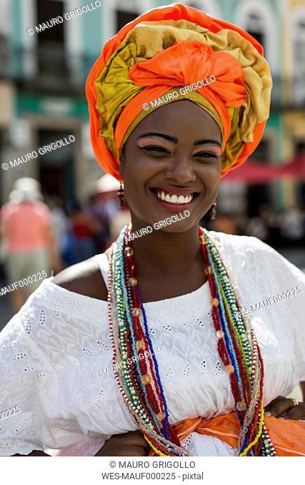 Brasil, Salvador de Bahia, Portrait of woman wearing typical Afro-Baiana dress