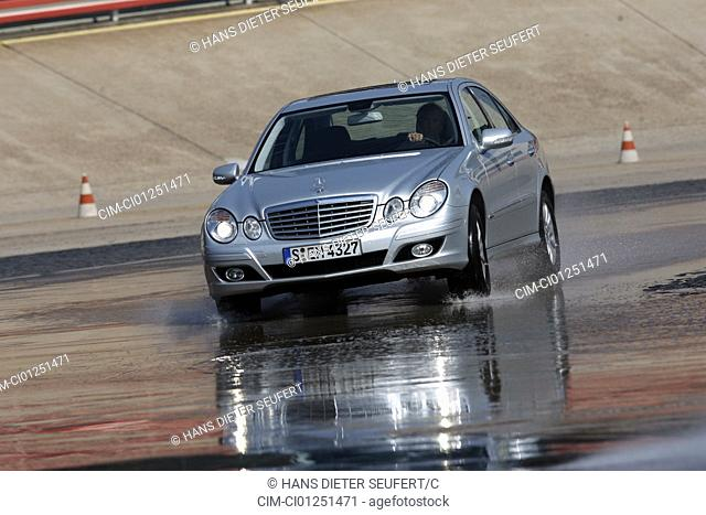 Mercedes E 350 Elegance, model year 2006-, silver , driving, diagonal from the front, frontal view, Aquaplaning, Water, test track