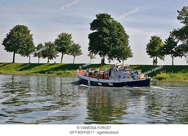 BOATING ON THE RIVER, SAINT-VALERY-SUR-SOMME, SOMME 80, PICARDIE, FRANCE