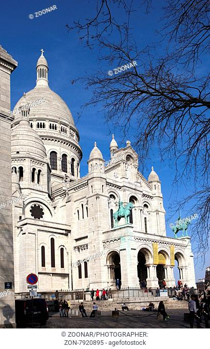 PARIS, FRANCE, MARCH 14, 2012: great number of tourists near Basilica of Sacre Coeur, Montmartre on March 14, 2012 in Paris, France
