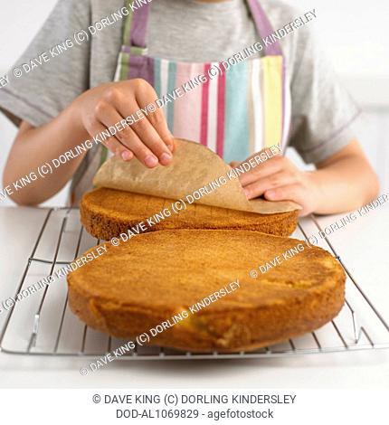 Peeling off paper from sponge cake