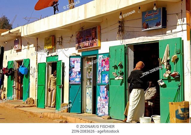 Einkaufsmeile mit Kleingeschäften in einer Strasse im Zentrum von Germa / Shopping mile, Jerma, Libya