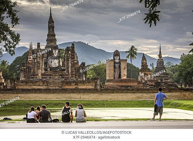 Tourists, in Wat Mahathat, Sukhothai Historical Park, Sukhothai, Thailand