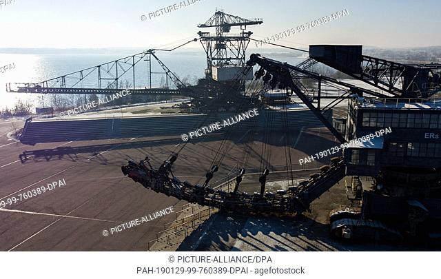 """22 January 2019, Saxony-Anhalt, Gräfenhainichen: The disused crawler excavator """"""""Mosquito"""""""" (in front) and the spreader """"""""Medusa"""""""" are located in """"""""Ferropolis"""""""""""