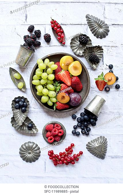 Assorted types of fruit and baking tins