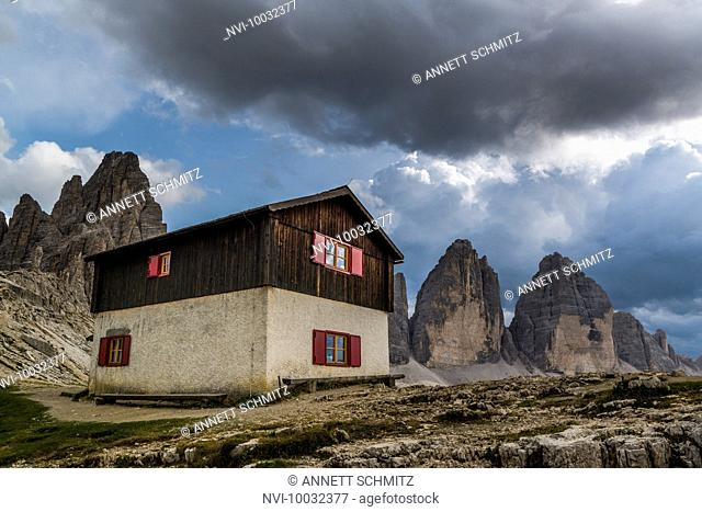 Dreizinnenhütte in front of Three Peaks, Natural Park Three Peaks, Sexten Dolomites, South Tyrol, Italy