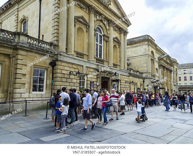 People queueing to visit the Roman Baths, Bath, Somerset, England, UK. The Roman Baths is a well preserved and historical site from Roman times built around 70...