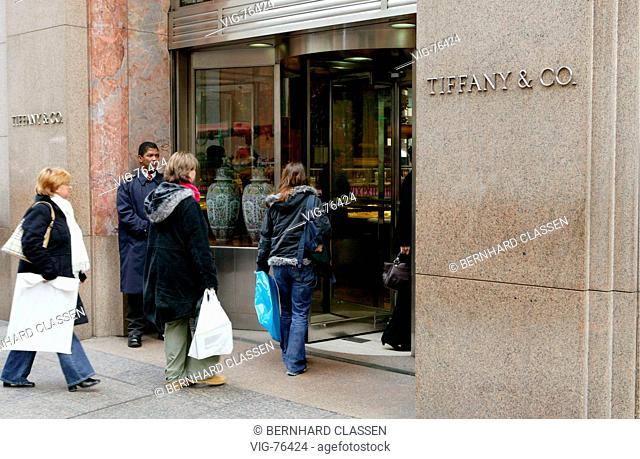 Jeweler Tiffany in the 5th Avenue, symbol of the consumption of the US Americans. - NEW YORK CITY, VEREINGTE STAATEN VON AMERIKA, 25/10/2004