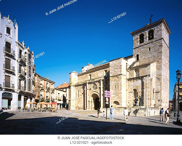 Iglesia de San Juan de Puerta Nueva, romanic style, 12th C. Plaza Mayor, Zamora, Spain