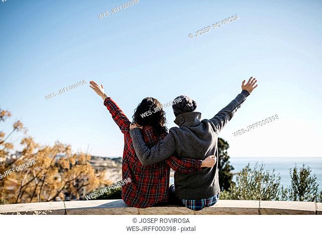 Spain, Tarragona, young couple enjoying the view on the ocean