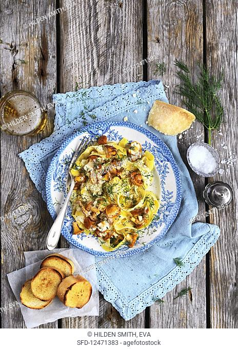 Tagliatelle with chanterelles, parmesan, garlic bread, salt, dill and beer
