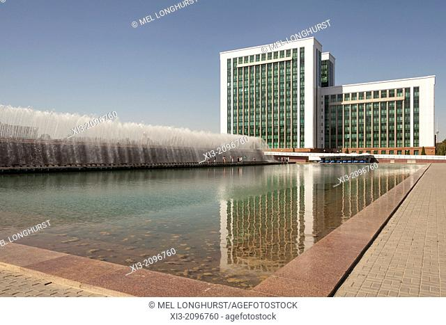 Water fountain and Finance Ministry, Moliya Vazirligi, Independence Square, Mustakillik Maydoni, Tashkent, Uzbekistan