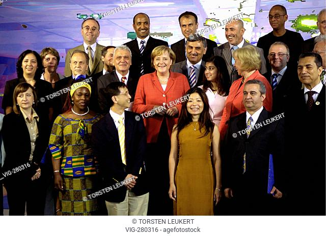 Angela MERKEL ( CDU ), federal chancellor, together with Prof. Dr. Maria BoeHMER ( CDU ) and migrants before the integration summit conference in the federal...