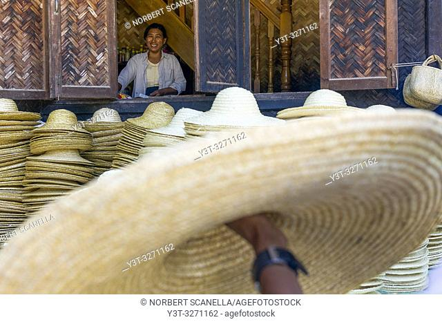 Myanmar (ex Birmanie). Sagaing, region of Mandalay. Rural village. Manufacture of straw hats