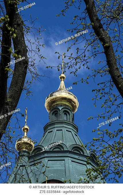 Detail of green and gold onion-shaped domes (cupolas) with crosses. Uspenski Cathedral. Helsinki, Finland, Europe