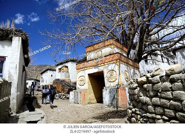 Street and stupa (chorten) in the village of Ghemi. Nepal, Gandaki, Upper Mustang (near the border with Tibet)