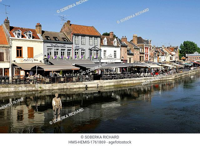 France, Somme, Amiens, district of Saint Leu, Belu dock, statue at water level in front of the terraces on the dock