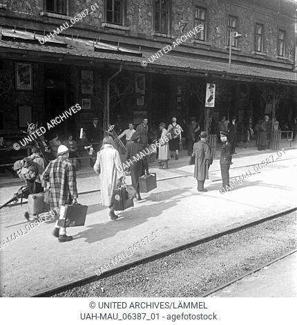 Skiurlauber vor dem Bahnhof in Landeck in Tirol, Deutschland 1930er Jahre. Ski tourists at Landeck station, Germany 1930s