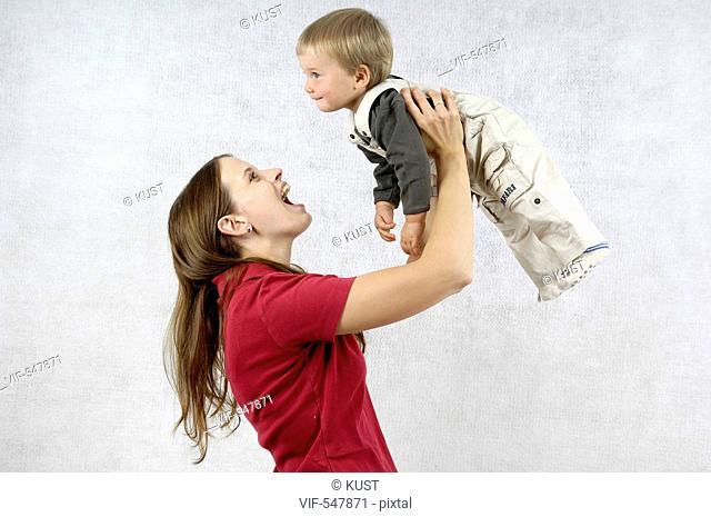 junge Mutter mit ihrem einjaehrigen Sohn. - Niederoesterreich, Ísterreich, 11/07/2007