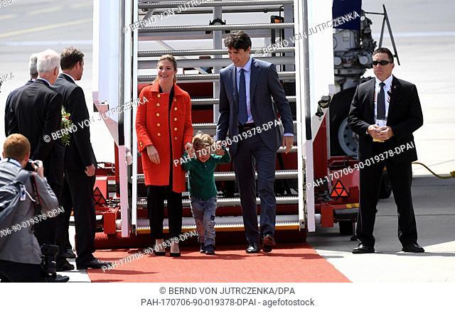 Der kanadische Premierminister Justin Trudeau (r), seine Ehefrau Sophie Gregoire (l) und ihr jüngster Sohn Hadrien kommen am 06.07